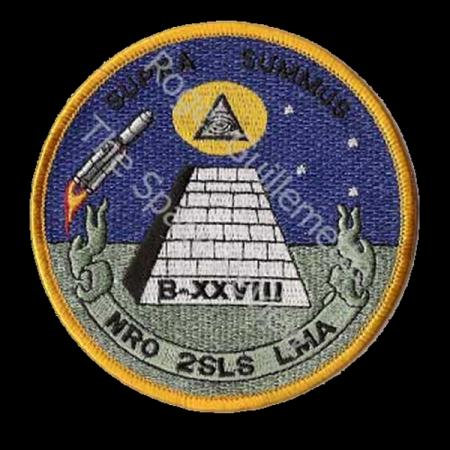 Parche para misión espía con satélites.El simbolismo Illuminati es claro: Una pirámide inacabada coronada por el ojo que todo lo ve.Pero el ojo necesita ayuda,satélites espías para ser aún más lo que todo ve.