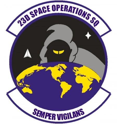 """El 23 º Escuadrón de Operaciones Espaciales es una unidad de la Fuerza Aérea de EEUU ubicada en New Hampshire. El parche de la misión cuenta con una figura de aspecto escalofriante en una campana espeluznante mirando por encima de la tierra con ojos siniestros y mirando al continente americano. Sin embargo, esa no es la cosa más extraña.Si te fijas bien en el contorno de la cara de negro, podrás ver otra cara, con nariz puntiaguda y orejas puntiagudas, mirando hacia la izquierda. ¿Quién es este ser dentro de otro? """"Semper vigilans"""" significa """"siempre vigilante"""".Definitivamente espeluznante."""