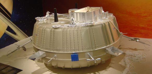 Réplica de la sonda, de 1,3 metros de diámetro